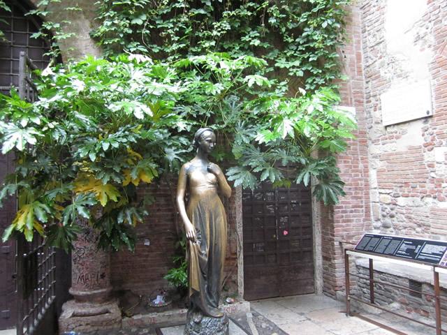 Julia- Statue im Innenhof der Via Cappello