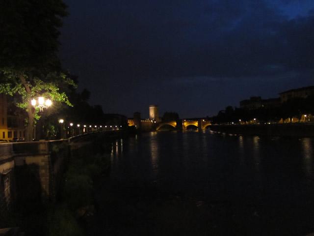 Das Castellvecchio von Verona bei Nacht