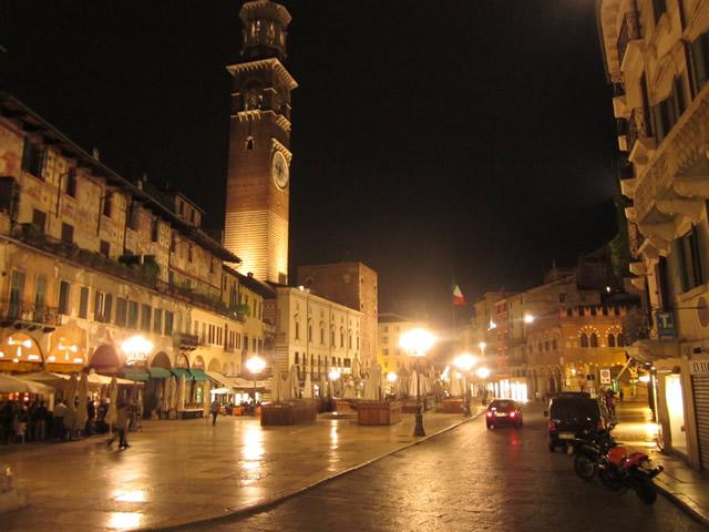 Piazza Erbe in Verona am Abend