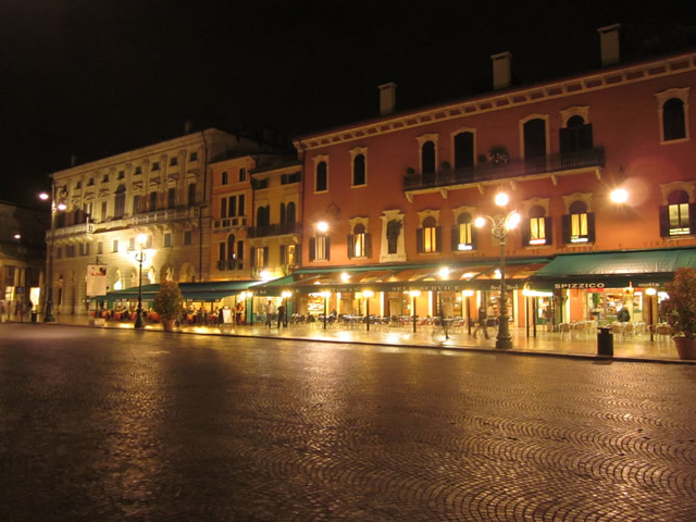 Piazza Bra am Abend.