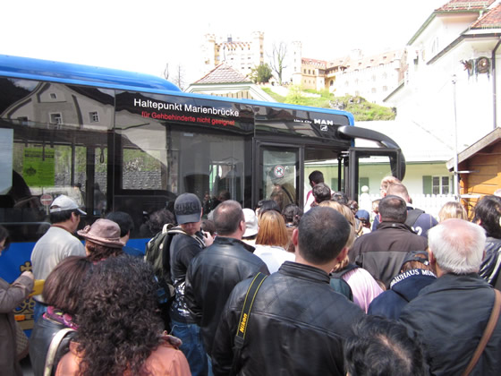 Andrang auf den Bus zum Schloss Neuschwanstein