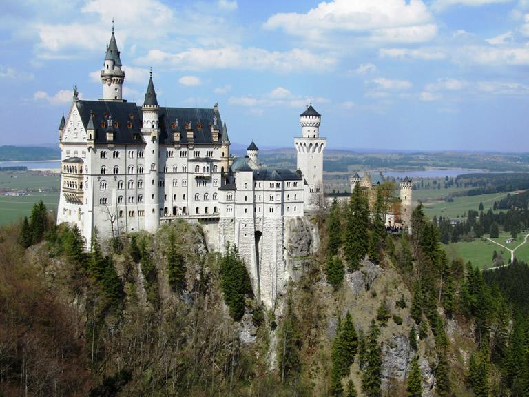 Das Schloss Neuschwanstein in Bayern an der Grenze zu Österreich