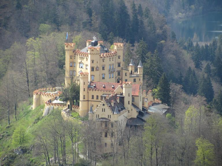 Das Nachbarschloss Hohenschwangau von Neuschwanstein aus gesehen