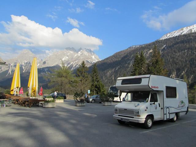 Wohnmobil vor Alpenpanorama