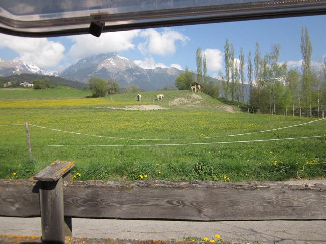Ausblick vom Frühstückstisch auf Wiesen und Berge