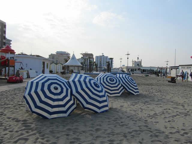 Sonnenschirme am Strand von Misano Adriatico